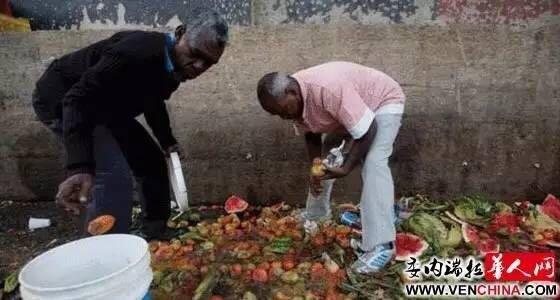 饥饿的民众只能在蔬果店丢弃的垃圾堆里翻捡腐烂的水果和蔬菜。