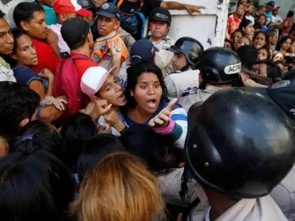 目前在委内瑞拉,很多超市里已经买不到主要的粮食物品,人们可以为了一包玉米粉大打出手。