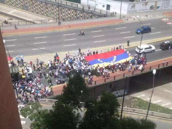 委内瑞拉街头的游行队伍。 中国石油报记者 图