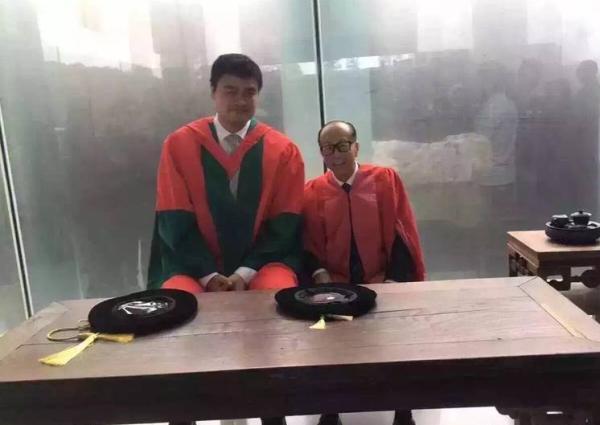 2016年6月30日上午8时,汕头大学毕业典礼,李嘉诚、姚明出席典礼。