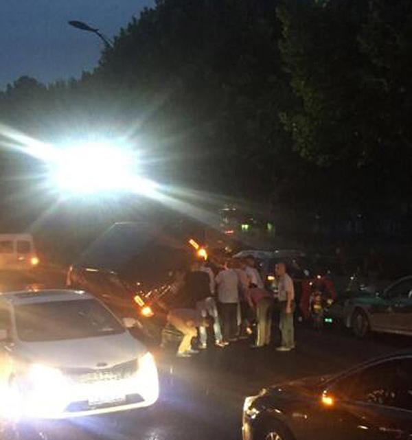 途经的司机和市民冒雨自觉施救,把闹事车辆给抬了起来以救出受伤的交警
