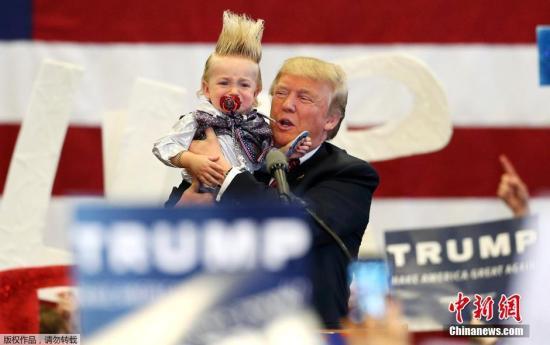 当地时间3月4日,美国共和党总统候选人特朗普在路易斯安那州新奥尔良参加竞选集会。路易斯安那州总统首选将在3月5日进行。