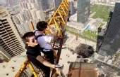 楼顶攀爬!300米建筑吊塔