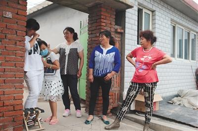 街坊们议论起一宁的病情时,果文婷悲伤得堕泪。