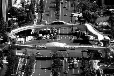 昨天,杭州首座异形景观人行天桥建成并投入使用。这座位于杭州市区新塘路与庆春路交叉口的异形景观人行天桥,是杭城首座仿生态学原理的异形天桥,安装有上下自动扶梯及残疾人专用垂直升降电梯,桥面上设置立体空中花园、行人休息区、降温喷雾设备等。