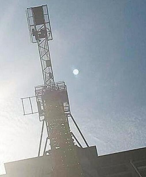 6月29日下午,市民王红法致电记者表示,他于6月24日在复兴大道东段拍摄到一组照片,疑是一不明飞行物。经多方求证,他确定这不是自然现象,而是一不明飞行物。
