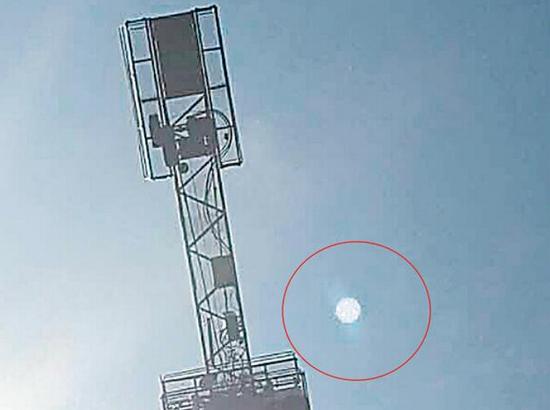 河南天空现不明飞行物 银灰色圆形底部有孔
