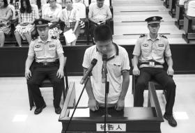 6月30日,长沙天心区法院,因犯伪造事业单位印章罪,陈东(化名)低头受审。 图/实习生王悦婷记者辜鹏博