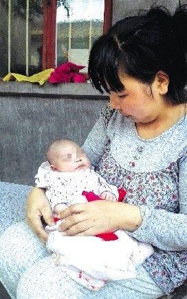 """一个不满15天的双性娃,接连遭逢老爸及爷爷脸部严捂、被弃荒原行刺,使民气碎。本报报导收回后,惹起了央视的重视。与此一起,爱心仍在持续,一家爱心公司捐了2万元奶粉,""""天使母亲""""基金会接孩儿赴北京审查医治。"""