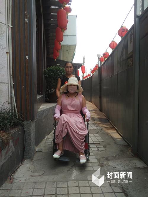 出门时,红粉都是坐在轮椅上,由保姆推着走。