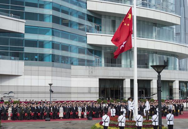 7月1日,香港特区当局在金紫荆广场举办升旗典礼,庆贺香港回归故国19周年。 新华社 图