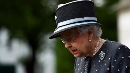 英女王伊丽莎白二世在威斯特敏斯特宫加入留念活动。路透社