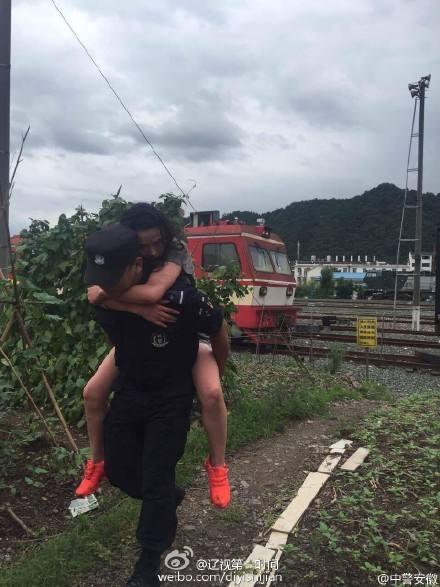 女子着急见男友却坐错车 直接跳火车