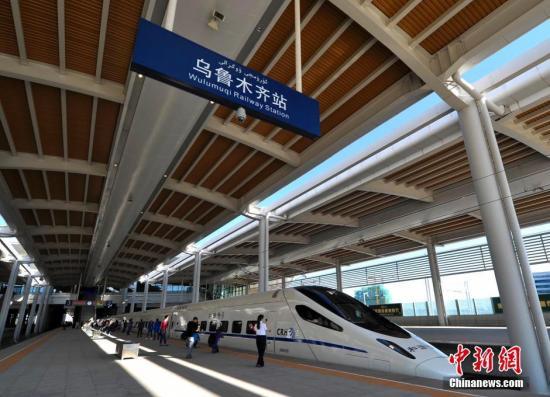 7月1日9时53分,由新疆乌鲁木齐市发往哈密市的D8802次列车徐徐驶出乌鲁木齐站(新客站),标记着今朝新疆范围最大、设备开始进的铁路交通关键投入试经营。刘新 摄