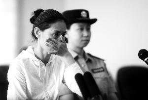 """前天上午,赵某因涉嫌以风险办法风险大众平安罪在旭日法院受审。听到受伤的张警官对她说""""没有恼恨"""",赵某连声说感谢,而后垂头抹泪。"""