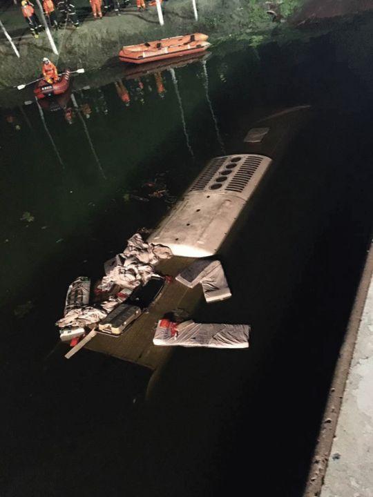 <b>天津载30人大客车爆胎后坠河 致26人死亡</b>