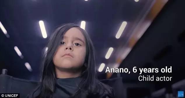 在格鲁吉亚街头,Anano穿上质感很好的裙子和小大衣,一个人静静的站在哪里。看来起就像是一个有钱人家的小孩不小心走丢了一样。
