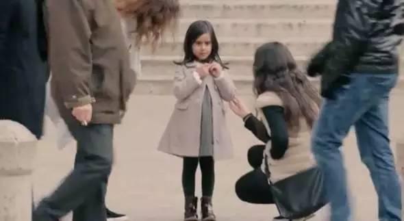 很快,就有陌生人来关心她。路过的人们纷纷对这个落单的小姑娘释放了善意。