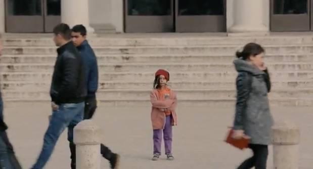 催泪测试,小萝莉穿新衣服和脏旧衣服分别站在大街上看人反应