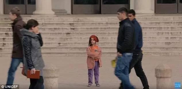 广场上依然有那么多人,熙熙攘攘,人来人往。然后,没有一个人去过问她。