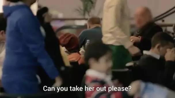 小女孩后来哭着冲出了餐厅。。最后拍摄工作因为小女孩情绪太低落而停止了。