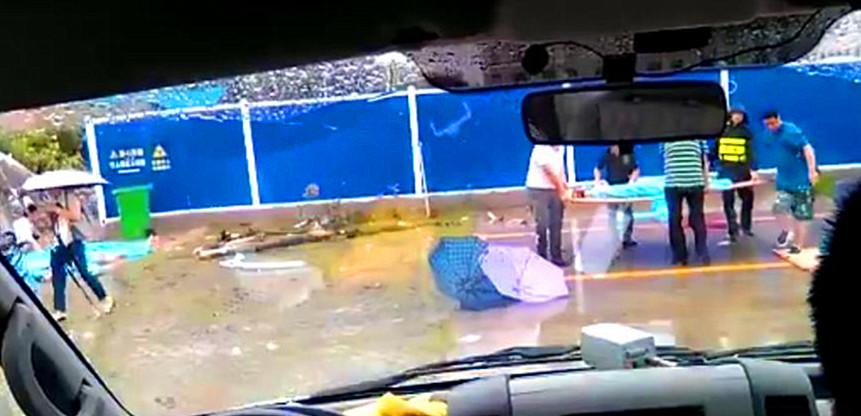 事发后,消防胡匪和民警紧迫赶赴现场营救。120抢救职员审查发觉,被压2男6女已无性命体征。本日,江夏区气候为大雨转暴雨,围墙崩塌疑与顽劣气候有关。