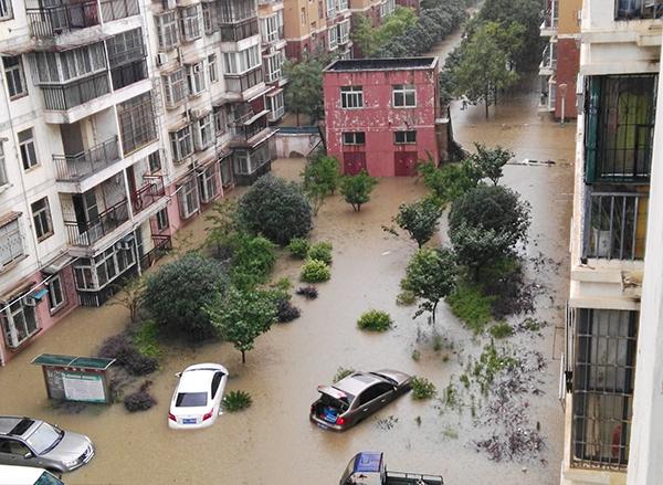 2016年7月2日,武�h城�^延�m蒙受暴雨攻�簦�江夏�^文明路左近的欣鑫故里社�^遭重大淹水,平川最深�到�_60公分�[布。 �|方IC �D