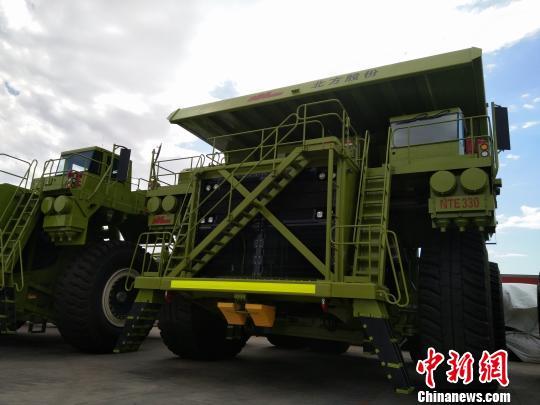图为330吨级电动轮矿用车。 张瑾娴 摄