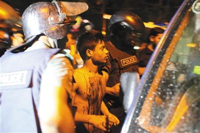 当地时间1日晚,孟加拉国首都达卡一家餐厅遭袭,武装分子劫持人质并与警方交火,目前已造成20名外国人质遇害。图/视觉中国