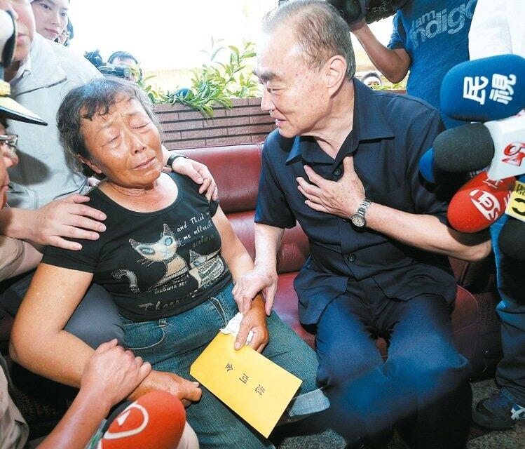 台湾遇难船长妻子:遗体都碎掉了,我儿不让我看
