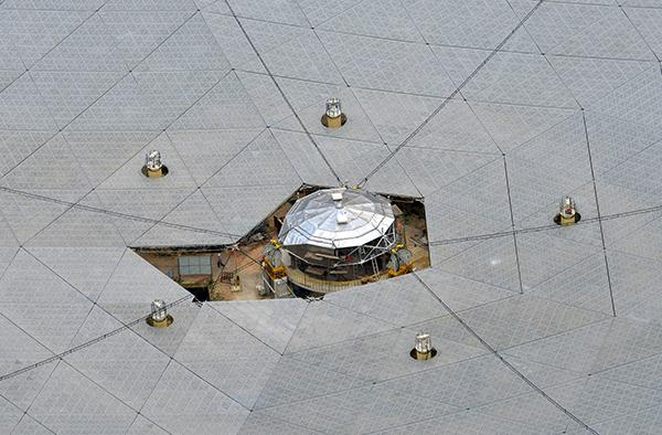 2016年6月23日,从观景台上拍摄的建设中的射电望远镜馈源舱。
