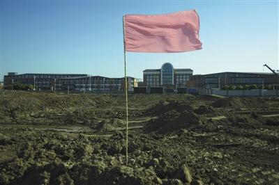 4月19日,常州外国语学校对面的常隆化工旧址上,土地被挖开施工。近日,此处开始种植树木,工作人员称,这里将建成一座运动公园。新京报记者 王嘉宁 摄