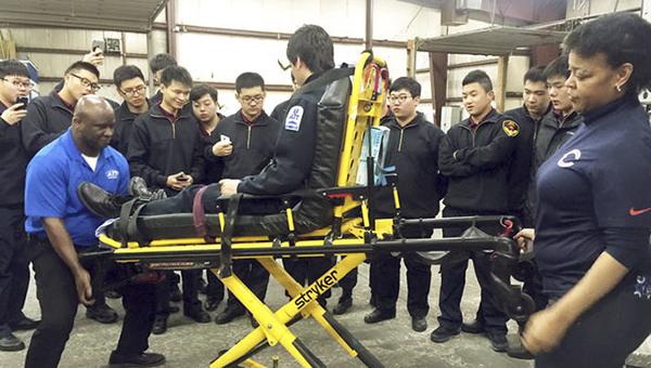 上海急救班医学生赴美学习交流、参与实战演练。上海观察 图