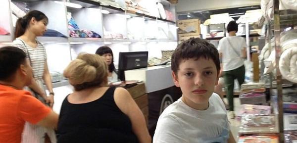 来自澳大利亚昆士兰的14岁男孩Will Deeth。收集材料