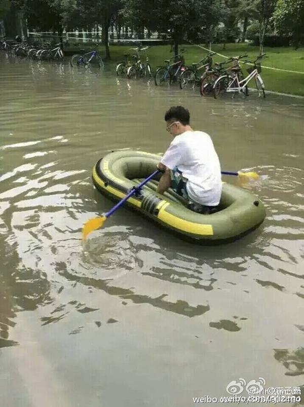 南京理工大学内,学生坐着皮划艇出行。图片来自网络