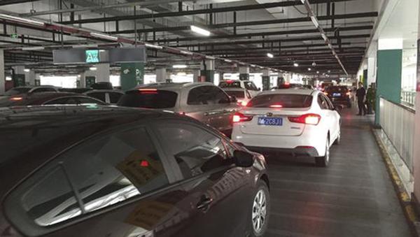 虹桥火车站停车库的拥堵问题由来已久.图片来自网络