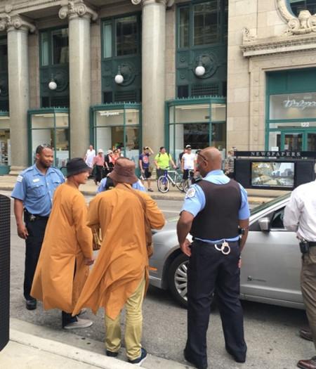 两名自称为和尚的华人,在芝加哥艺术博物馆前被警察盘查。(图:美国《世界日报》/黄惠玲 摄)