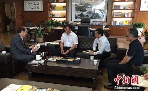 碧桂园集团董事局主席杨国强(左一)和总裁莫斌(左二)等人研究地漏新模型