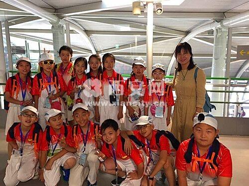 """随后记者联系到学校一名老师,老师表示:""""读书是我们学校里的一种校园文化,学生从入校开始就一直接受着耳濡目染的熏陶,大阪机场我们学生的表现非常值得肯定,如果你走进校园,或许就不那么意外了。不过还是希望各界能低调处理,毕竟孩子们是去交流学习的,希望本次夏令营能够平淡结束吧。"""""""