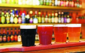 国内啤酒近年显出疲态,啤酒企业也从之前的跑马圈地,开始对准新的消费需求,着力发展产品的个性化、高端化。珠江啤酒日前发布公告称,将要大力发展精酿啤酒,而其他啤酒企业也在陆续进入该领域。业内专家分析,精酿啤酒目前行业标准缺失,掣肘着其快速发展,目前看来,精酿啤酒只是啤酒企业产品升级的一个尝试,未来之路任重而道远。