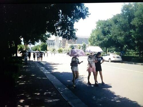 上午,记者来到西安财经学院长安校区,自缢身亡的女大学生名叫王映芳,是西安财经学院经济学院12级投资专业学生。7月3号下午,她在8号学生公寓A幢306室结束了自己年轻的生命。记者在一个多小时的随机走访中,面对询问,大部分学生选择了快速离开,有学生准备开口时,也会被其他同学拉走。很显然,学生们并不愿意多说有关这名同学身亡的事。