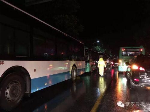 公交大巴持续转移群众。
