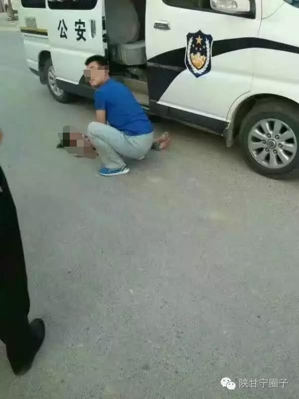 图为事发觉场,小女孩被警车撞倒在地。