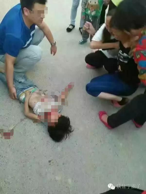 躺在地上的小女孩和阁下抽泣的男子。