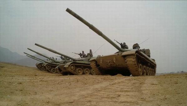 国产新型坦克公路上曝光 炮塔现圆柱构件