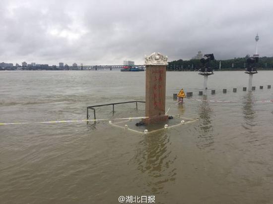 图为龙王庙石碑基座已经没入水中。