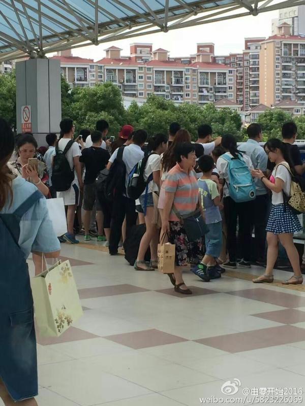 事故发生后,列车暂时停运,期间列车乘客在附近站台等待。