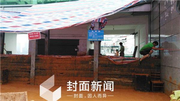 """江水超路面40厘米 长江武汉关挂""""生死牌"""":堤在人在"""