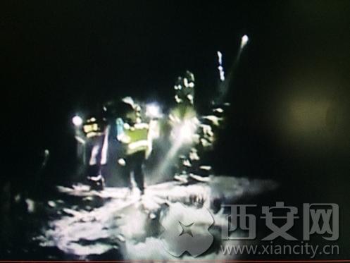 今年6月11号晚上在沣峪九龙潭景区,三名驴友被困。参与救援的陕西雷霆应急救援中心队员告诉我们,当晚的八点一刻,他们接到公安长安分局滦镇派出所的协助电话,半小时后到达了事发地点。