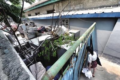胡同内杂物沉积近4个月,住民出行遭到影响。京华时报记者陶冉摄